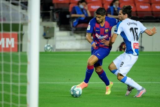 El Barcelona desciende al Espanyol y sigue en carrera por LaLiga